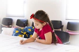Le temps des devoirs est obligatoire après la classe : la baby-sitter peut s'en occuper.