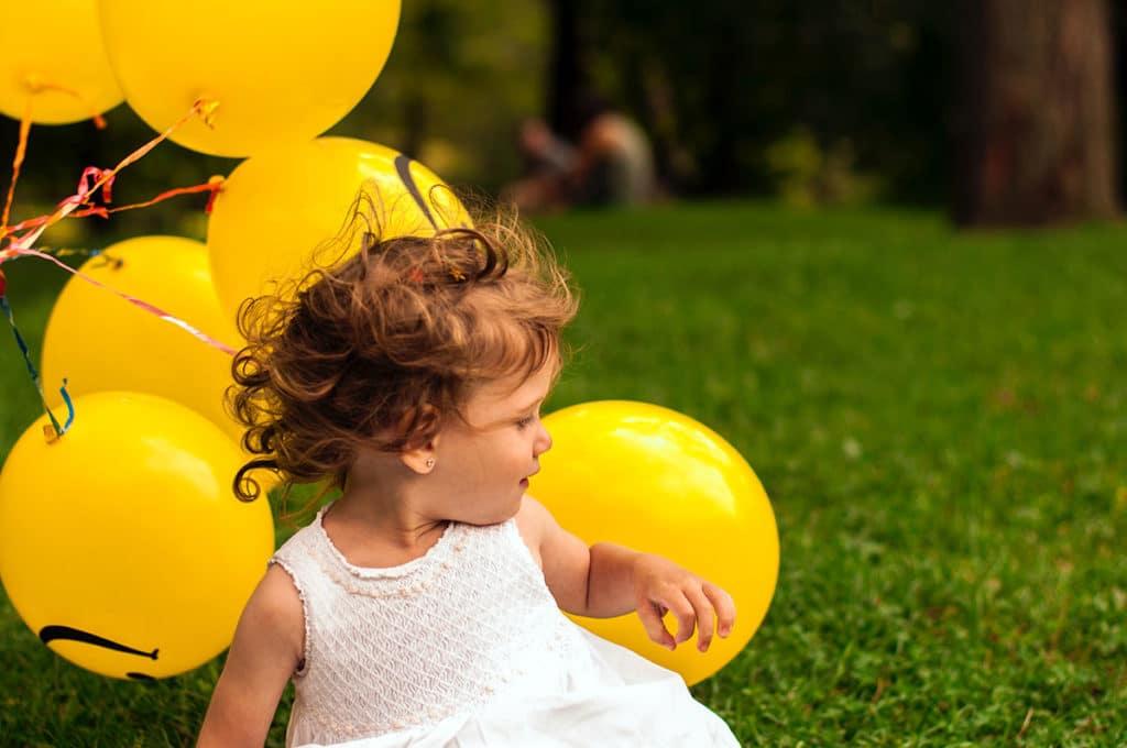 image petite fille avec ballons de baudruche jaune