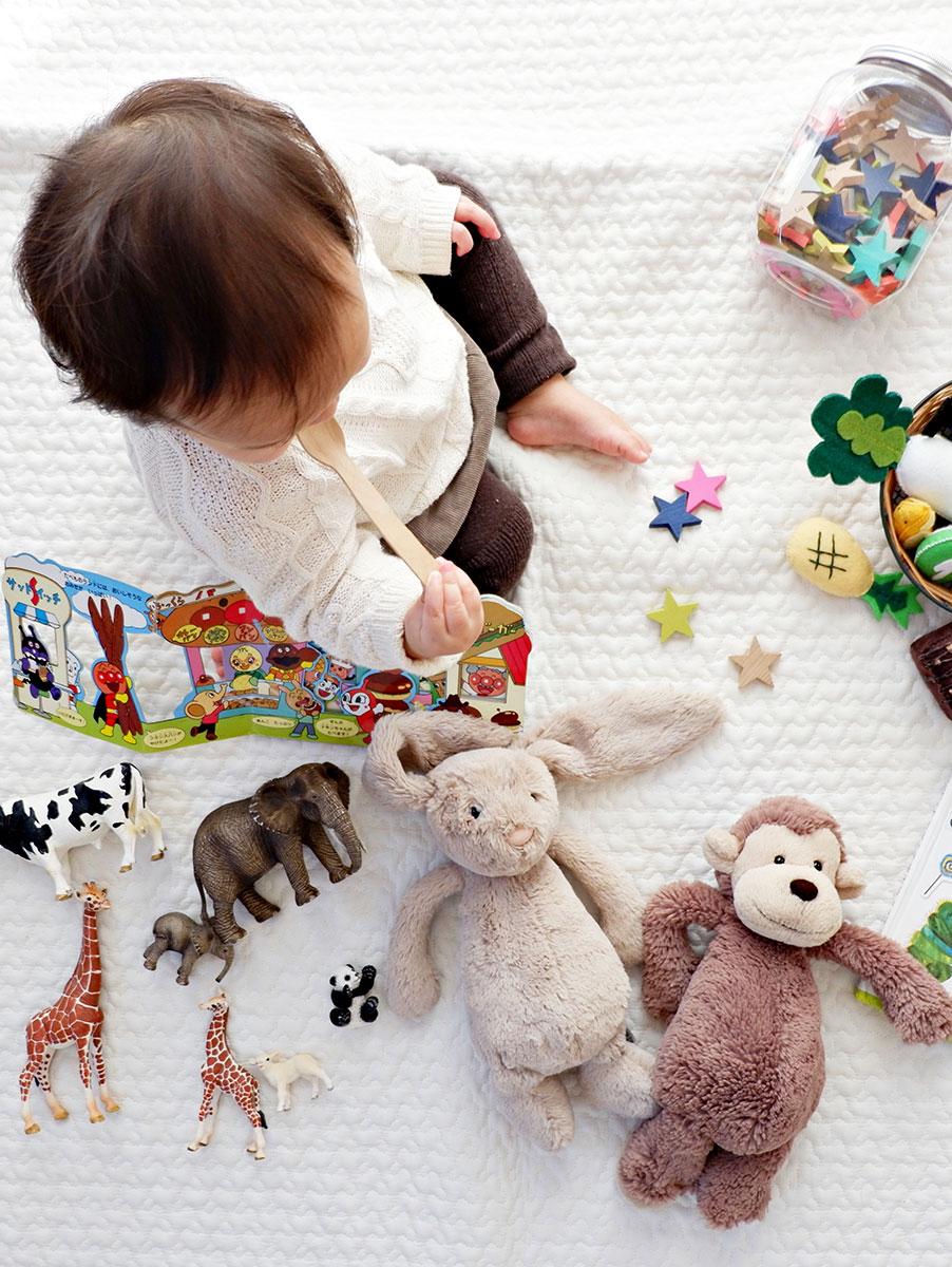 image bébé et ses jouets service baby sitter