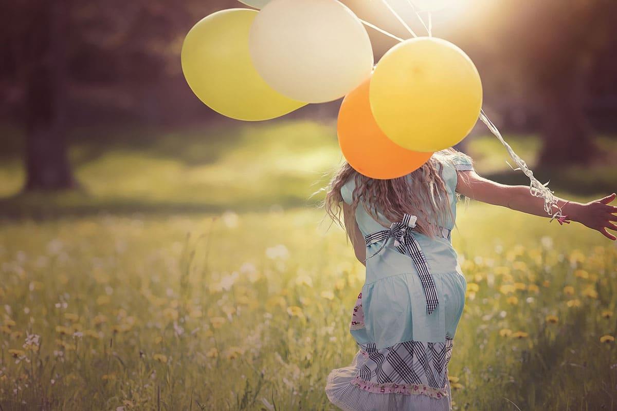 image enfant et ballons de baudruche service babysitter
