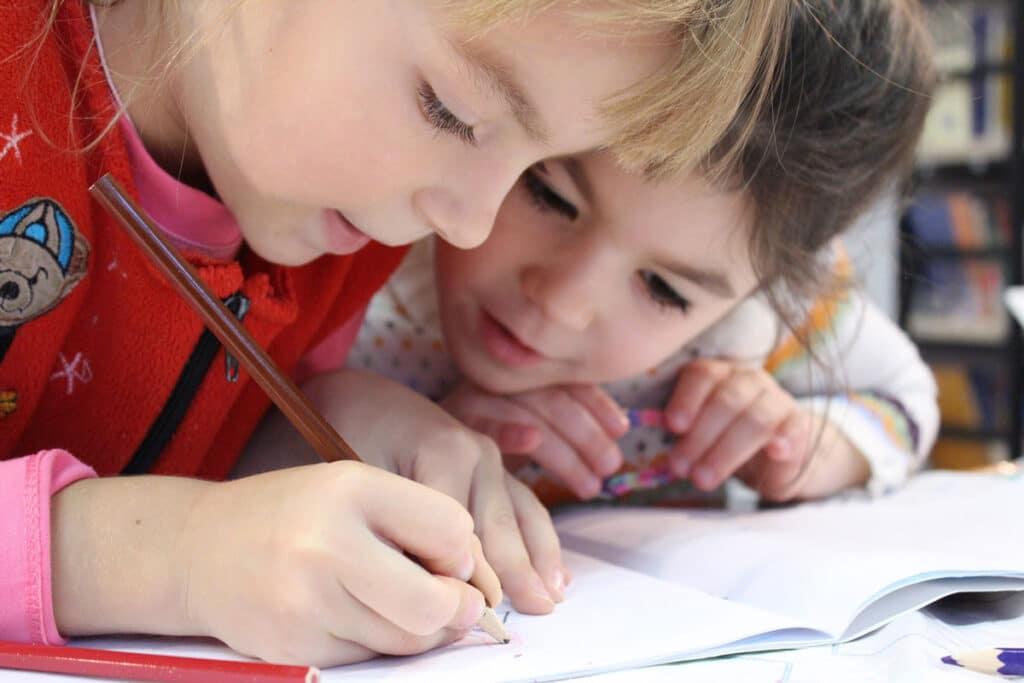 image enfants surveillance devoirs