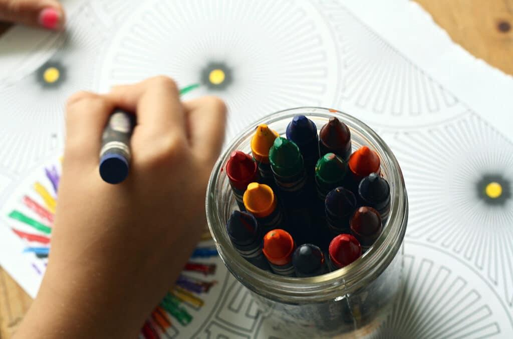 image crayons pour enfant éveil