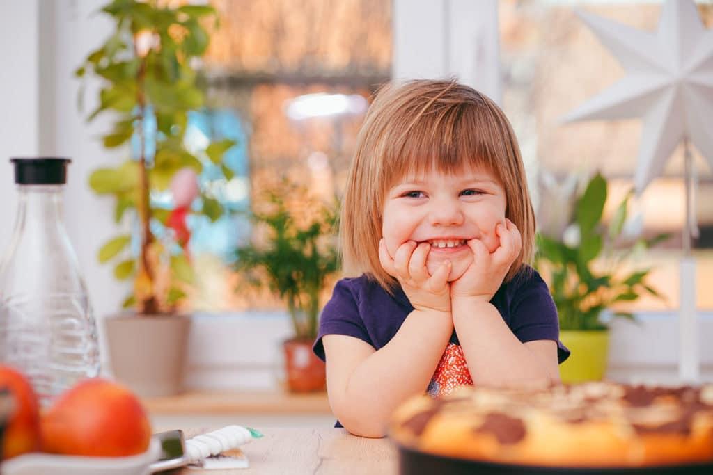 image enfant garde d'enfant à domicile
