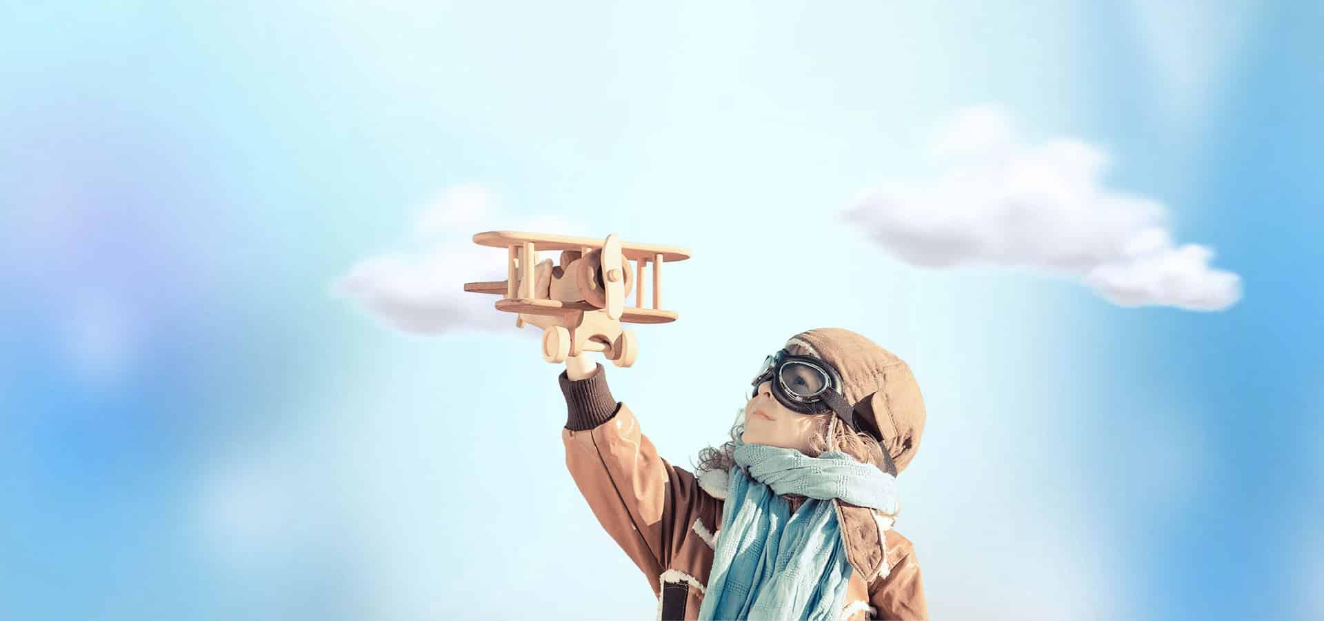 petite fille joue avec un jouet avion