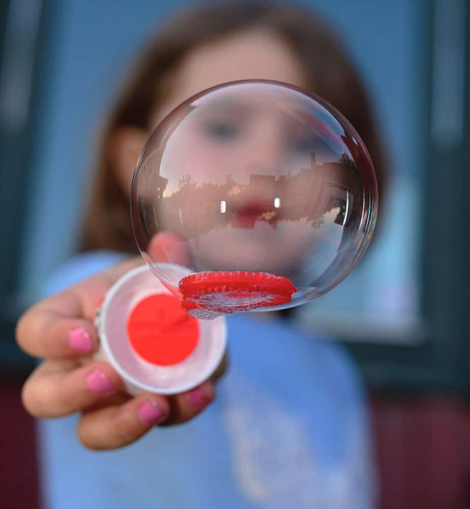 petite fille bulle de savon garde d'enfant