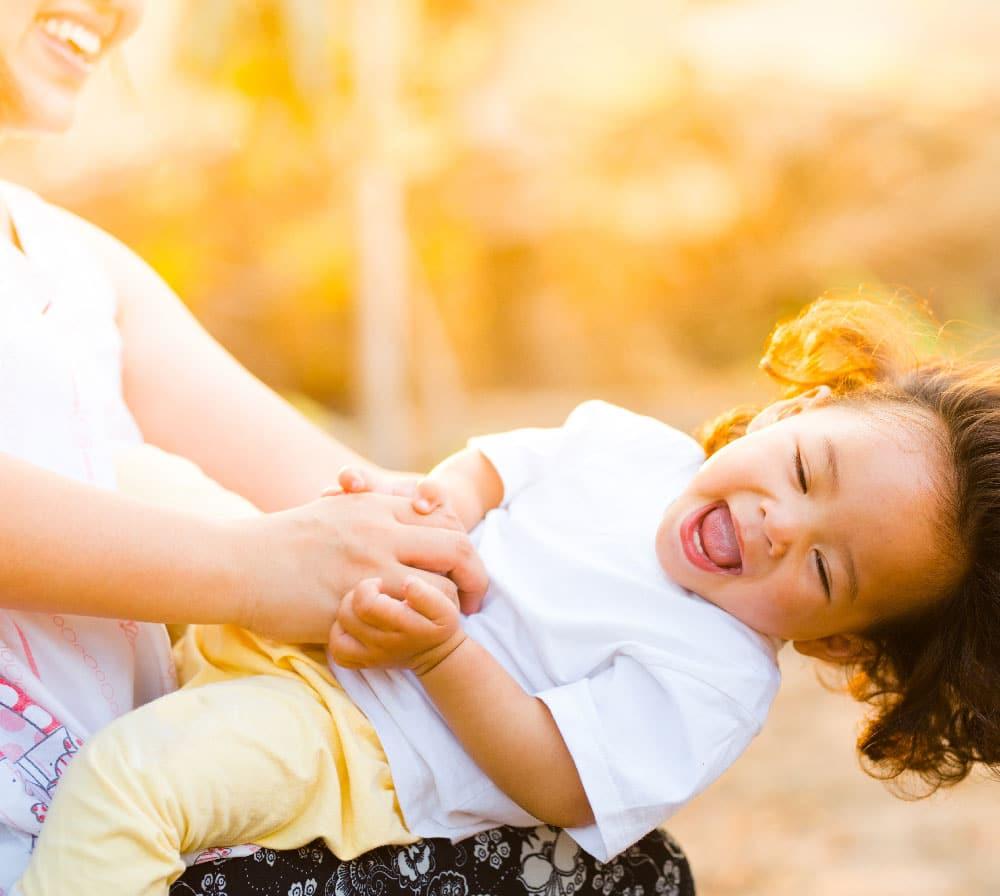 femme et enfant sur balançoire garde d'enfant à domicile