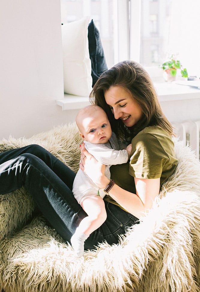 nounou et bébé sur canapé garde à domicile