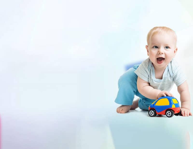 bébé qui joue avec une petite voiture service sortie de crèche nounou à domicile lyon