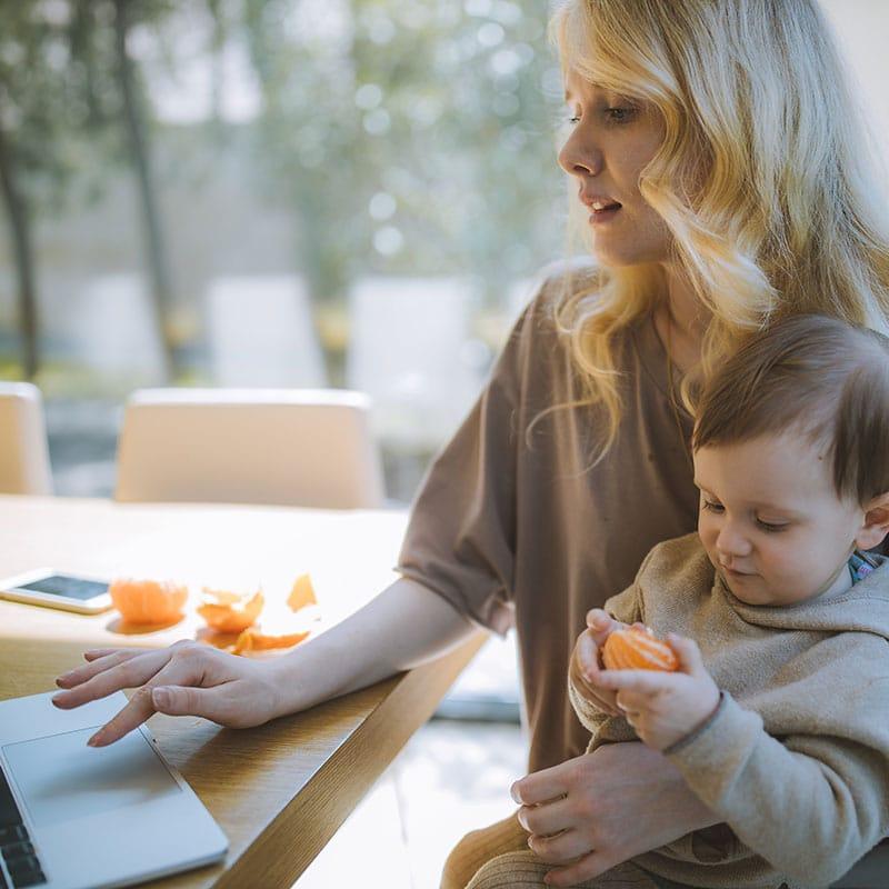 femme avec bébé baby-sitter pour sortie de crèche à lyon