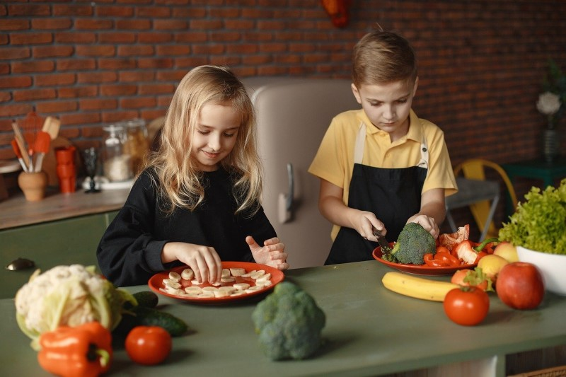 enfants en train de cuisiner des fruits et légumes